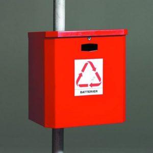 Hörapparatsbatterier och miljö bild på en röd batteriholk.